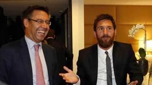 Bartomeu y Messi, en una conversaci�n.
