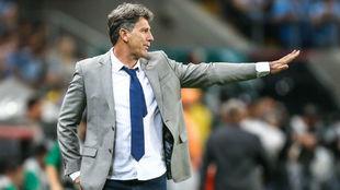 Renato Gaúcho da indicaciones durante el partido contra Barcelona...