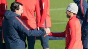 Emery saluda a Neymar en un entrenamiento reciente.