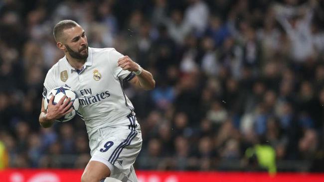 Benzema celebra su gol ante el Napoles en octavos el curso pasado