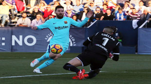 Leo Messi intenta sin éxito batir a Cuéllar, portero del Leganés