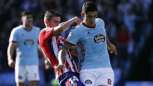 'Tucu' Hernández protege un balón ante Gabi en un...