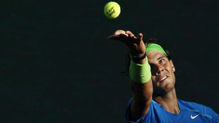 Rafa Nadal se dispone a servir durante un partido en Indian Wells.