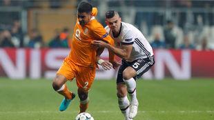 Pepe lucha por arrebatar un balón a Maxi Pereira.