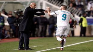 Benzema saluda a Zidane tras marcar uno de sus goles ante el Apoel.