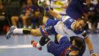 Mario Porras intenta el lanzamiento en posición forzada.