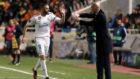 Benzema celebra un gol con Zidane