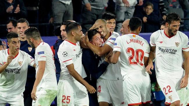 Berizzo, abrazado por sus jugadores tras el 3-3