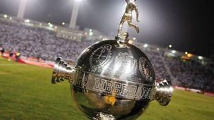 Trofeo de la Copa Libertadores que disputarán Lanús y Grêmio.