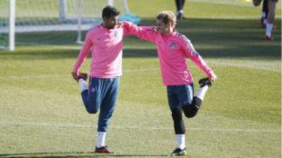 Diego Costa y Griezmann en el entrenamiento previo al partido frente a...