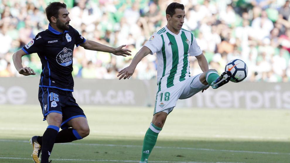 Adrían tratando de robar el balón a Andrés Guardado