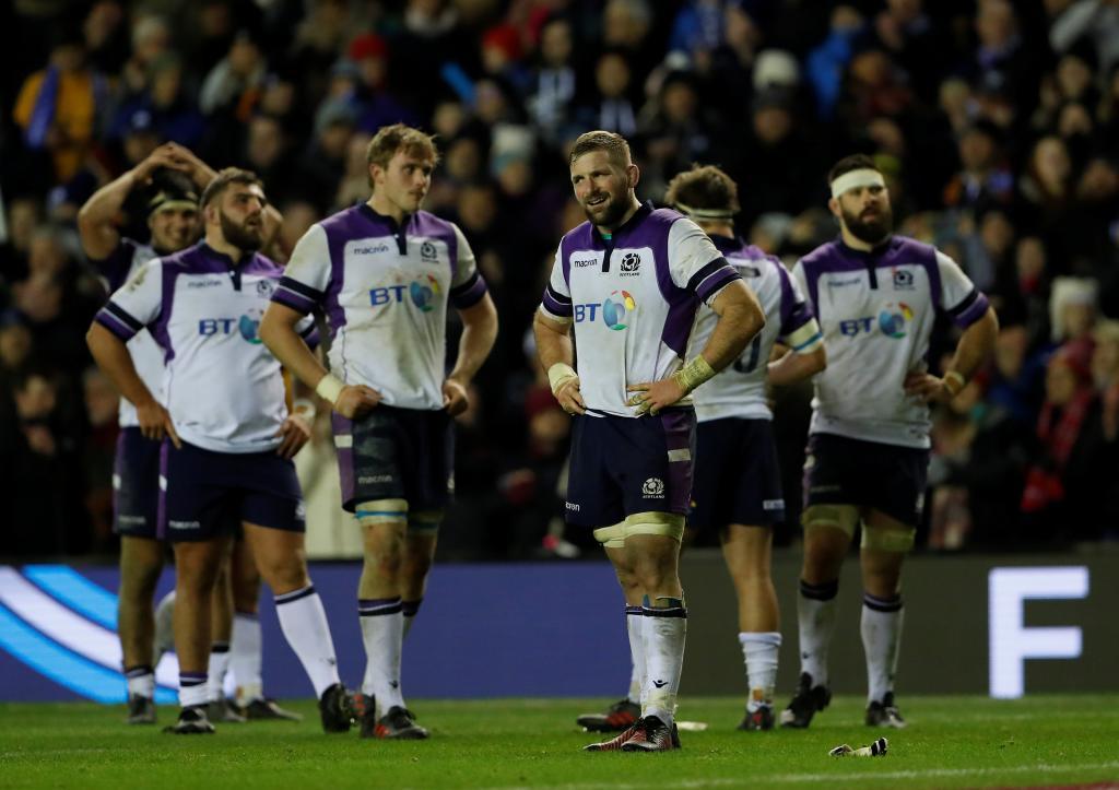 Orgullo y tristeza: Los escoceses, con su capitán John Barclay al...