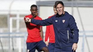 Berizzo dirige un entrenamiento del Sevilla