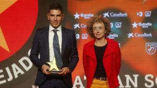 Jonathan Soriano recibe el premio al goleador catalán del año.