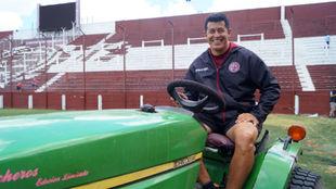 Jorge Almirón posa para MARCA subido en un tractor.
