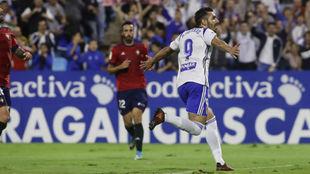Borja Iglesias celebra un gol en La Romareda.