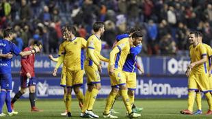 Los jugadores felicitan a Esteban Burgos tras anotar el gol del...