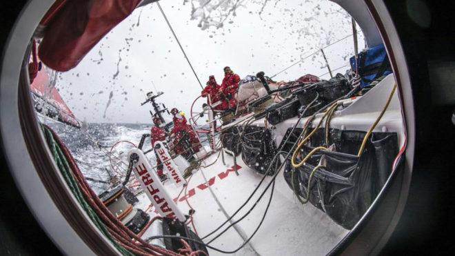 Más visibilidad a bordo del MAPFRE, pero el agua sigue barriendo la...