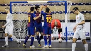 Los jugadores del Barcelona Lassa celebran uno de los goles ante el...