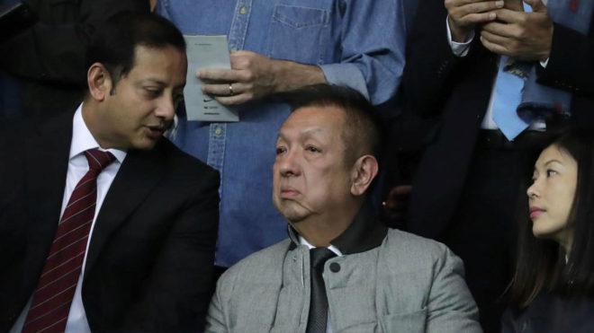 Peter Lim en el palco junto a Anil Murthy y su esposa.