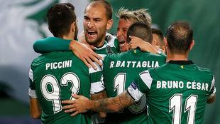 Dost celebra con sus compañeros uno de sus goles.