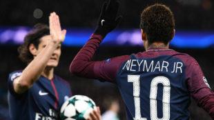 Neymar y Cavani celebran uno de los tantos anotados al Celtic.