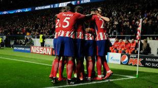 Los jugadores del Atlético se abrazan en el Metropolitano.