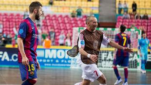 Igor celebra con el Kairat el título europeo logrado ante el Barça...