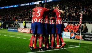 Los jugadores del Atl�tico se abrazan en el Metropolitano.
