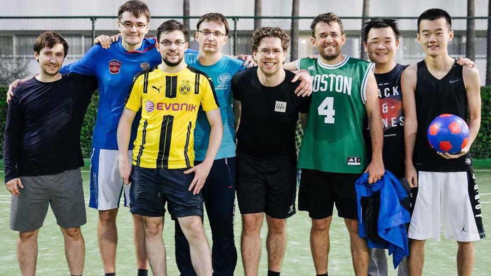 Los jugadores aprovecharon el día libre para jugar al fútbol....
