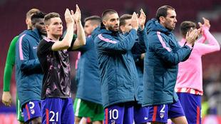Los jugadores del Atlético aplauden a su afición.