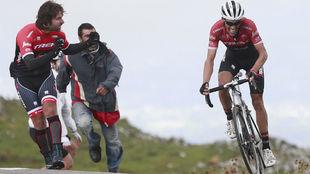Dos aficionados animan a Contador en la escalada a L'Angliru.