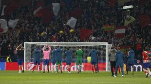 Los jugadores del Atlético saludan a la grada tras el partido