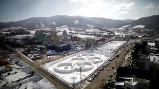 Escultura de hielo en las cercanías del Parque Olímpico de...