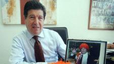 Jaime Orti, muestra una foto propia con la peluca naranja durante la...
