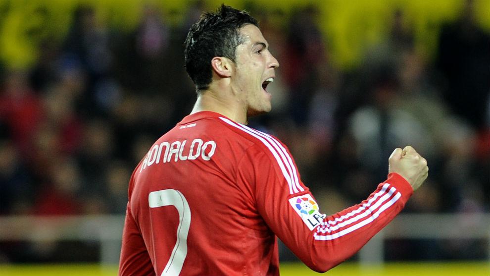 Cristiano Ronaldo celebra un gol con la equipación roja del Madrid en...