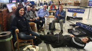 Varios aficionados de la Real esperan en el aeropuerto de Oslo