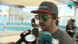 Alonso, charlando con los medios en el 'paddock' del circuito Yas...