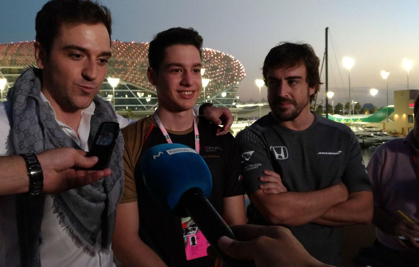 Alonso junto a sus dos pilotos del equipo FA e-Sports