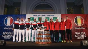 Ambos equipos, junto a la Ensaladera en la ceremonia inaugural