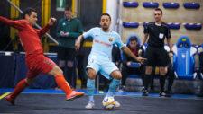 Joselito golpea el bal�n ante la presencia de un rival.