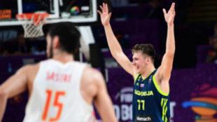 Doncic celebra una acción en las semis del último Eurobasket ante...