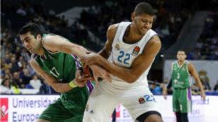 Tavares y Shermadini disputan el bal�n en el encuentro de Euroliga