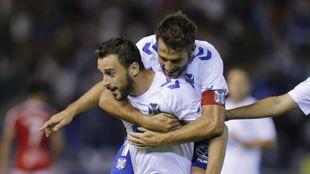 Aitor Sanz (33) abraza a Malbasic (22) tras un tanto del serbio.