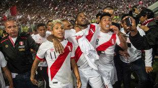 Jugadores de Perú celebrando la clasificación