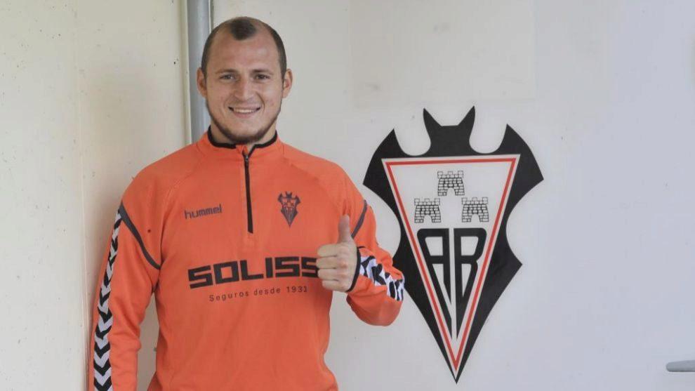 Un sonriente Zozulia posa para Marca en las instalaciones del Albacete