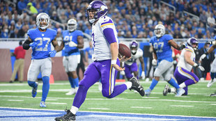 Case Keenum anota un touchdown ante Detroit.