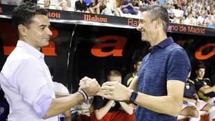 Míchel y Martí se saludan en el partido de Copa en Vallecas de...