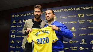 Jose Mari posa junto a Cordero en la presentación de su renovación