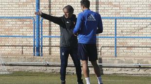 Natxo González habla con Borja durante el entrenamiento.